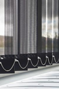 https://raamdecoratie-haarlem.nl/wp-content/uploads/2014/04/486f57fbb7-Heezen-nw-raamdecoratie-vertikale-lamellen-Luxaflex-vertikale-jalouzie%C3%ABn-detail-zwart-200x300.jpg